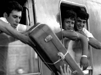 Jornaleros rumbo a la vendimia francesa, a principios de los ochenta en Sevilla, en la Estación de Córdoba.