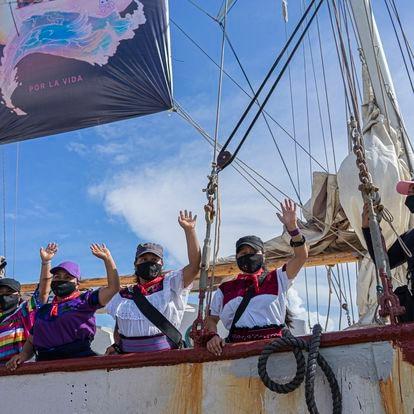 La comitiva zapatista se despide al salir rumbo a Europa, en el muelle de Isla Mujeres, Quintana Roo, el día de hoy. Un grupo de siete zapatistas ha partido el día de hoy desde Isla Mujeres, en Quintana Roo, rumbo a las costas de España para realizar una gira por distintas ciudades. Isla Mujeres, Quintana Roo, 2 de Mayo de 2021.