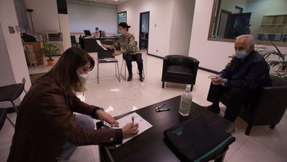Comprador y vendedor de una vivienda firman la operación en una notaría, en mayo de 2020 en Madrid.