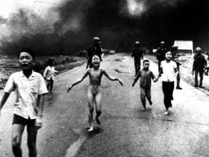 Ataque con napalm del Ejército americano en Vietnam en 1972. La niña de la imagen es Kim Phuc.