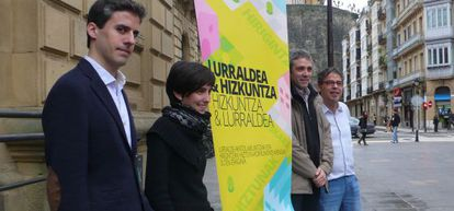 Organizadores de 'Territorio y lengua' posan con el cartel de las jornadas en San Sebastián.