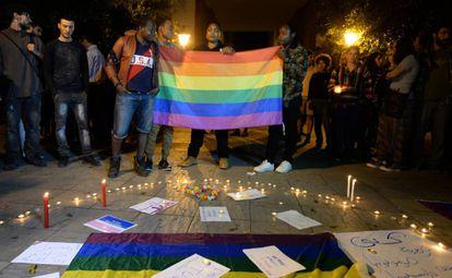 Activistas marroquíes participan en un homenaje a las víctimas del tiroteo de un club gay en Orlando, el pasado junio en Rabat.