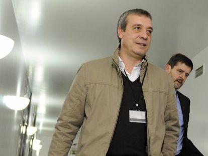 Xabier Sánchez Robles, en primer plano, acompañado por su abogado, Javier Beramendi.