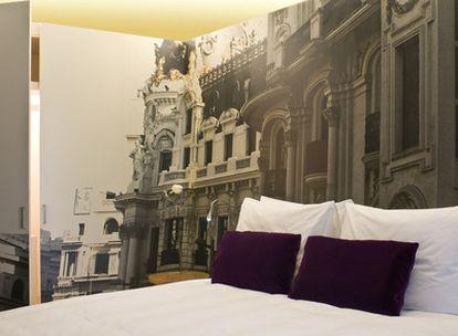Habitación del hotel Radisson Blu en Madrid, interiorismo sobrio y chic de Isabel López y Sandra Tarruella.