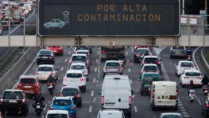 Paneles en en la M30 de Madrid avisan del protocolo anticontaminación.