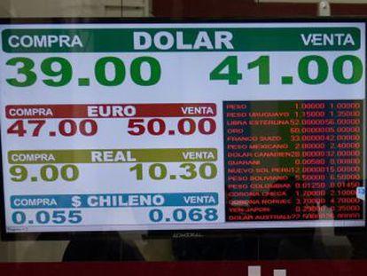 El Banco Central suma 15 puntos la tasa de referencia después de que divisa se hunda un 15% en la sesión de este jueves