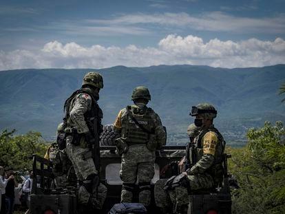 Militares recorren la barranca de la Carnicería en Cocula, Guerrero, el 22 de septiembre.
