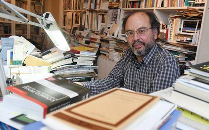 Avelino Fierro , fiscal de menores de León, entre libros en su casa este jueves.