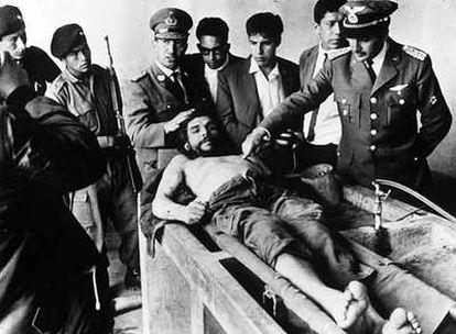 El cadáver del Che, rodeado de militares y periodistas, en la lavandería del hospital de Vallegrande tras su asesinato.