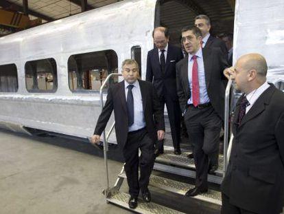 El 'lehendakari', Patxi López, y el presidente de Talgo, Carlos Palacio (segundo por la izquierda), en la planta de la empresa ferroviaria en Rivabellosa.