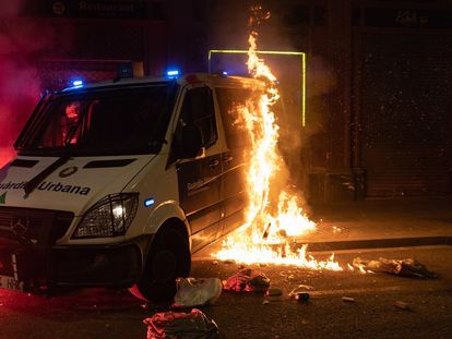 Furgoneta de la Guardia Urbana en llamas