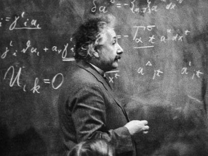 Albert Einstein da una clase, en torno a 1931.