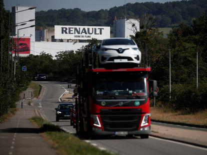 Un camión transporta vehículos eléctricos fabricados en la planta francesa de Renault en Flins.