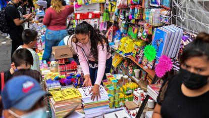 Padres de familia compran útiles escolares en Ciudad de México por el regreso a clases presenciales la próxima semana.
