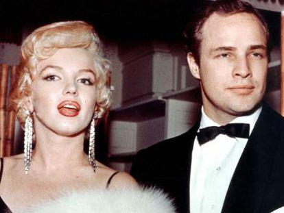 Marlon Brando en la ceremonia de los Oscar de 1955, mucho antes de que ganara y renegara del premio por 'El padrino'. Aquí al menos estuvo con Marilyn, que algo de premio tiene.