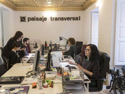 Ángela Peralta, Jon Aguirre Such, Jorge Arévalo, Sonia Ortega y Laura L. Ruiz en el estudio de urbanismo de Paisaje Transversal