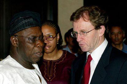 El presidente de Nigeria, Olusegun Obasanjo, habla con el scretario de Estado británico para el Desarrollo Internaciona, Hilary Benn, durante la negocicación sobre Darfur.