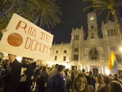 Gente concentrada ante el Ayuntamiento de Valencia para celebrar los resultados de las elecciones.