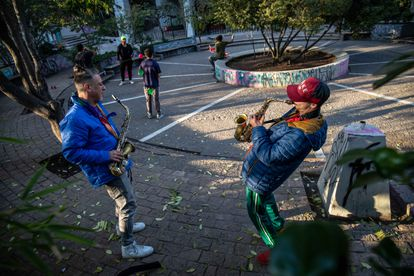 Un grupo de músicos practica en los alrededores de la Plaza Italia, esta zona fue protagonista de las protestas en Chile en el año 2019.