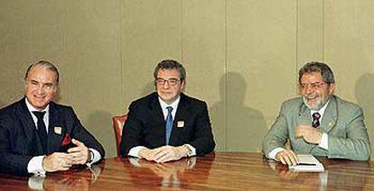 El presidente de Portugal Telecom, Miguel Horta (izquierda), y el de Telefónica, César Alierta (centro), con el presidente Lula en Brasilia en enero pasado.