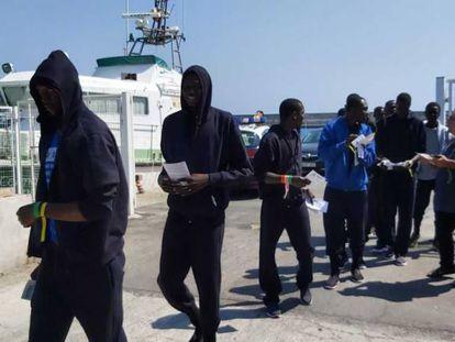Varios de los migrantes rescatados.