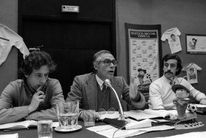 Alfonso, futbolista del Getafe, Cabrera Bazán, asesor jurídico de la AFE y Del Bosque durante una asamblea del sindicato en 1982.