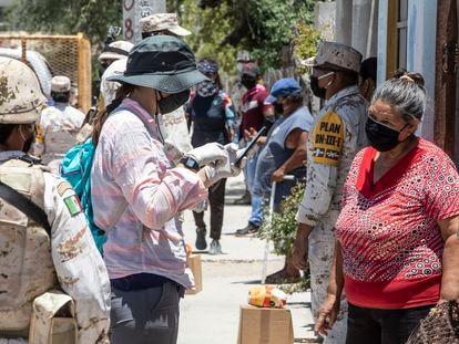 Un voluntario habla con una vecina de La Paz en Baja California Sur, este martes.