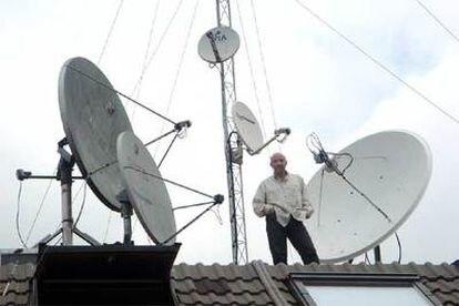 Julio Maldonado, <i>Maldini</i>, en el tejado de su casa.