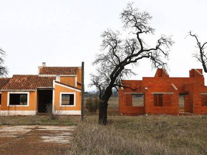 Viviendas abandonadas a medio construir, en Villamayor de Calatrava (Ciudad Real)