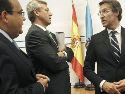 Alberto Núñez Feijóo, a la derecha, conversa con el conselleiro de Presidencia, Alfonso Rueda, a su lado, y el jefe de gabinete del presidente, Álvaro Pérez.