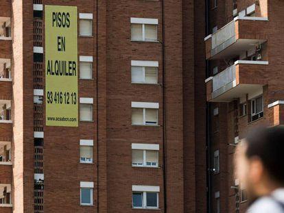 Un anuncio de pisos en alquiler en un edificio de Barcelona.