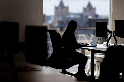 Las oficinas, como esta de Londres, adoptan nuevas configuraciones para adaptarse a un aforo más reducido.