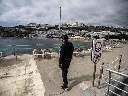 Mohammed Gail, un pescador senegalés, en el espigón de la playa de Puerto Rico, al sur de Gran Canaria. / ÁLVARO GARCÍA