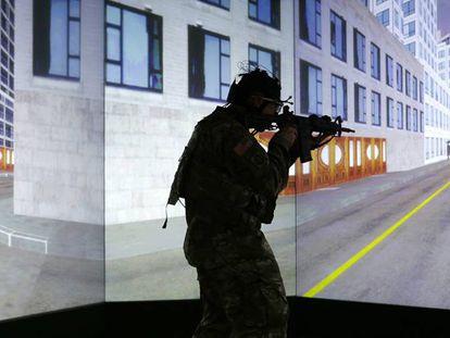 Un soldado entrena en un campo de realidad virtual.