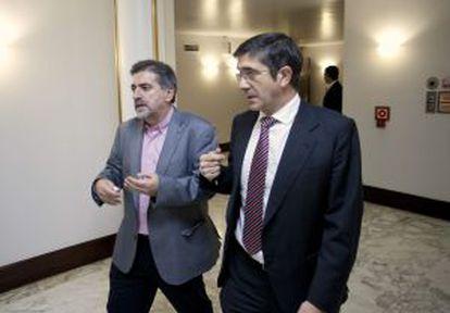 López, en el Parlamento vasco, el jueves junto al socialista Jesús Eguiguren