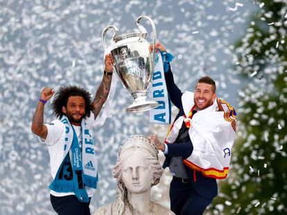 Sergio Ramos y Marcelo ofrecen la copa de Campeón de Champios 2018 a la Diosa Cibeles