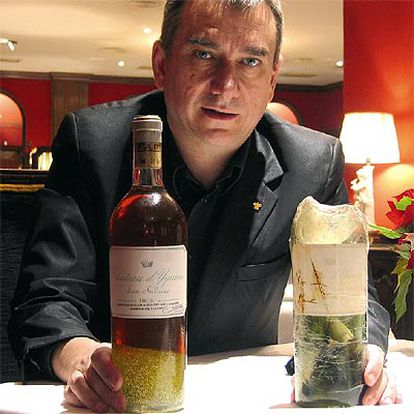 José Polo con la botella salvada y su envase primitivo.