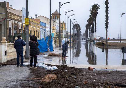El paseo de la playa de la Patacona de Alboraia (Valencia) permanecía inundado el pasado miércoles.
