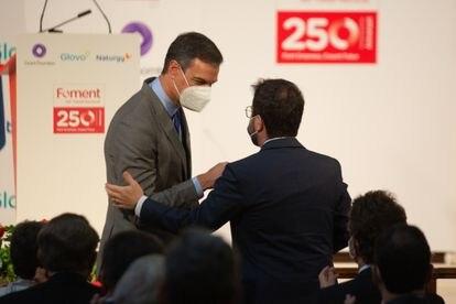 El presidente del Gobierno, Pedro Sánchez y el 'president' de la Generalitat, Pere Aragonès, se saludan durante la entrega de la medalla del 250 aniversario de Foment del Treball este lunes en Barcelona.