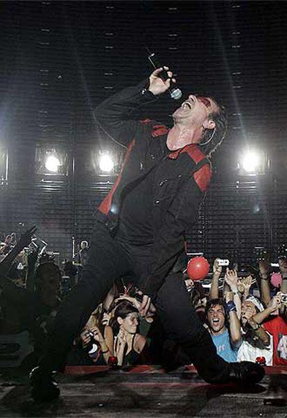 Bono, líder de U2, durante su actuación de anoche en Barcelona.