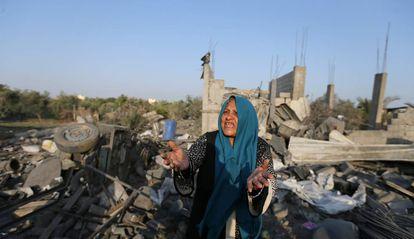 Una palestina, entre los restos de una casa de Gaza destruida el jueves en un bombardeo israelí.