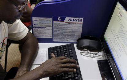 Un hombre accede a Internet desde una de las oficinas habilitadas.