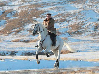Una imagen de Kim Jong-un montando a caballo por el Paetku difundida por la agencia estatal norcoreana el pasado 16 de octubre. En vídeo, las imágenes publicadas este jueves.