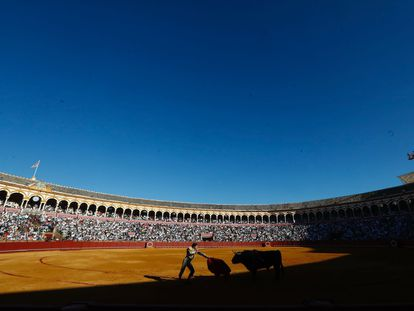 Morante de la Puebla entra a matar al primer toro de la feria de San Miguel.