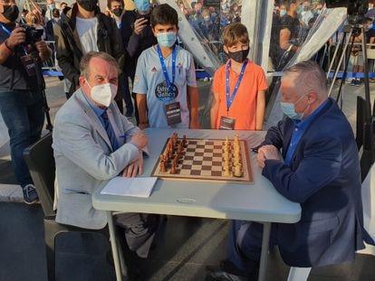 Abel Caballero, alcalde de Vigo, a la izquierda, y Anatoli Kárpov antes de su partida de exhibición de hoy