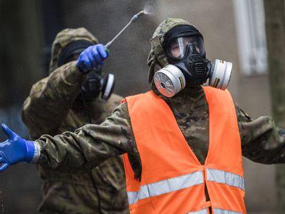 Efectivos del ejército de tierra tras la desinfección de un centro de mayores de Vigo el pasado mes de abril.