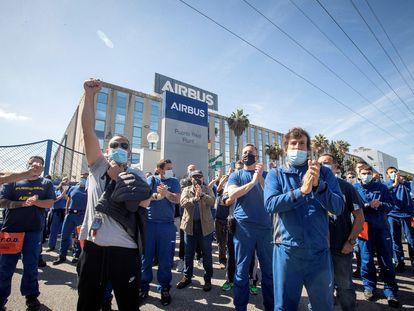La plantilla de Airbus Puerto Real (Cádiz) se ha concentrado, este miércoles, en la puerta de la factoría.