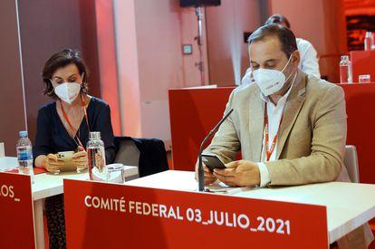 José Luis Ábalos, junto a Carmen Calvo, en el último comité federal del PSOE.