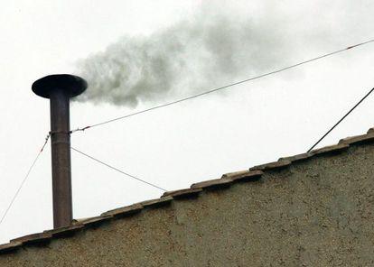Una imagen del 19 de abril de 2005 que muestra humo negro saliendo de la Capilla Sixtina durante el cónclave tras la muerte de Juan Pablo II.