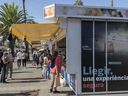 Aspecto de la Setmana del Llibre en Català en el Moll de la Fusta de Barcelona, en 2020.